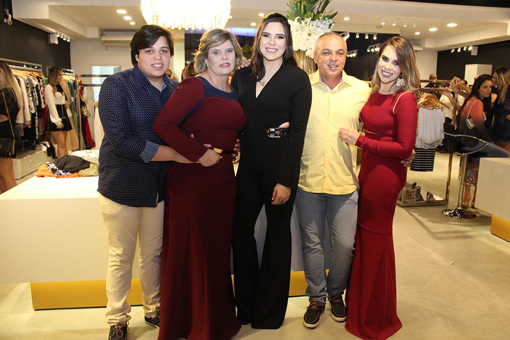 c5653e39c ... A família Peixoto: Felipe, Edna, Mariana, Marcelo e Marcela (Crédito: